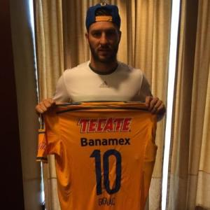 Gignac unveils the number 10 shirt for his new club Tigres